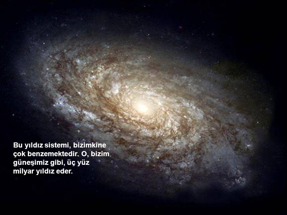 Bu yıldız sistemi, bizimkine çok benzemektedir. O, bizim güneşimiz gibi, üç yüz milyar yıldız eder.