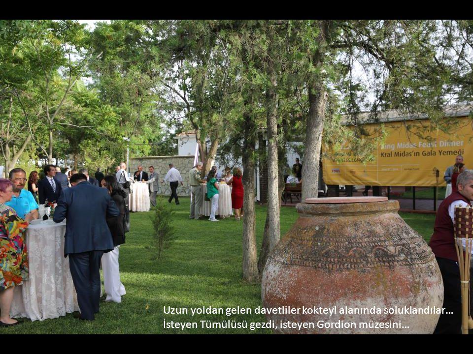 Uzun yoldan gelen davetliler kokteyl alanında soluklandılar… İsteyen Tümülüsü gezdi, isteyen Gordion müzesini…