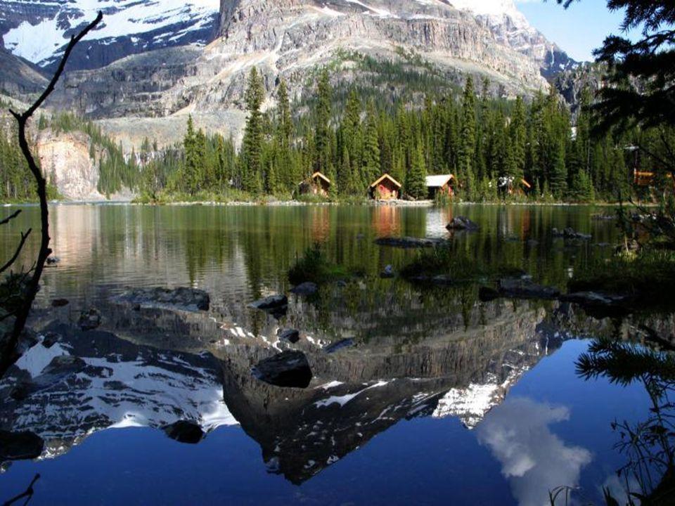 Yüksek dağları, akarsuları ve gölleriyle muhteşem bir güzelliğe sahiptir.