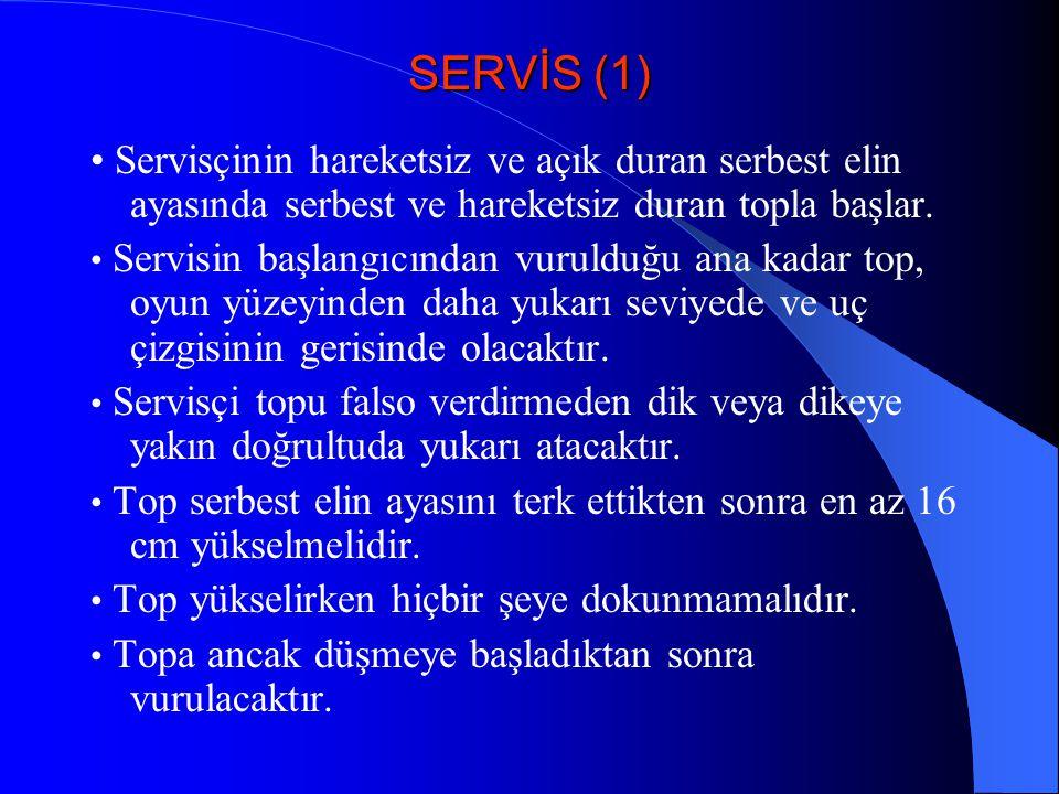SERVİS (1) Servisçinin hareketsiz ve açık duran serbest elin ayasında serbest ve hareketsiz duran topla başlar. Servisin başlangıcından vurulduğu ana