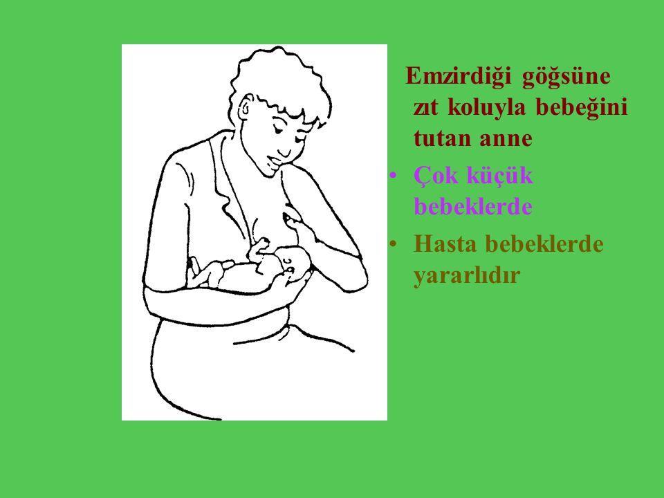 Emzirdiği göğsüne zıt koluyla bebeğini tutan anne Çok küçük bebeklerde Hasta bebeklerde yararlıdır