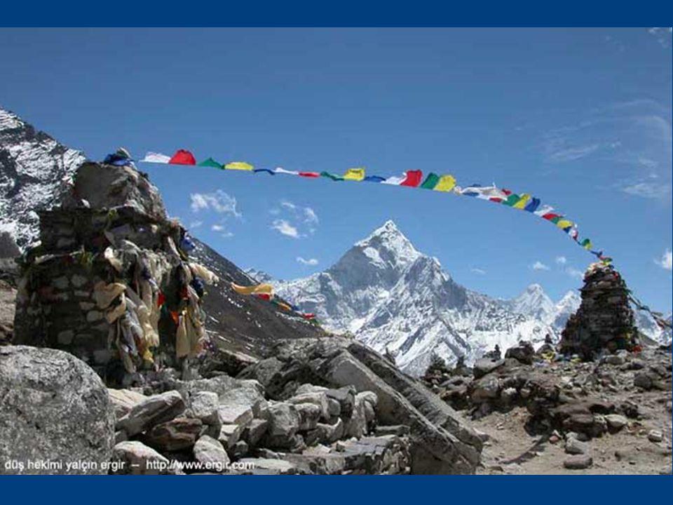 Namaste; ne yazık ki canım Ankara'mda bu dizinin ilk satırlarını yazarken, gururla poz vermiş olduğum Khumbu Buz Çağlayanı'nda dün üç Şerpa'nın çöken buz kuleleri (serakları) altında kalarak öldüklerini öğreniyorum: http://www.everestnews.com/everest2006/deaths0421 2006.htm http://www.everestnews.com/everest2006/deaths0421 2006.htm Kimbilir Everest bu mayıs ayında daha ne kadar misafirini sonsuza dek geri göndermeyecek.