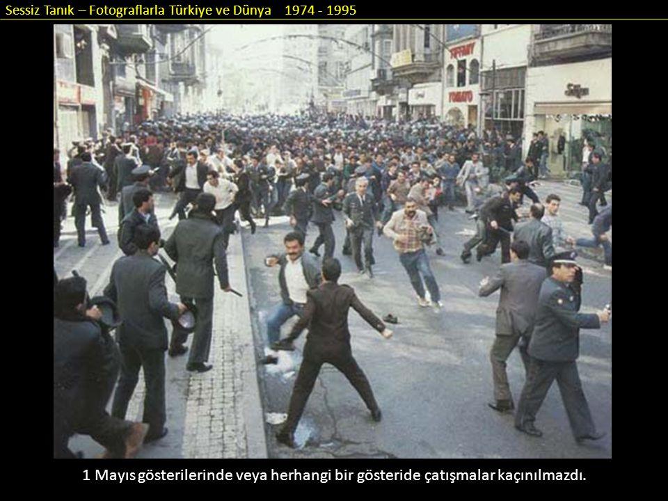 Sessiz Tanık – Fotograflarla Türkiye ve Dünya 1974 - 1995 1 Mayıs gösterilerinde veya herhangi bir gösteride çatışmalar kaçınılmazdı.