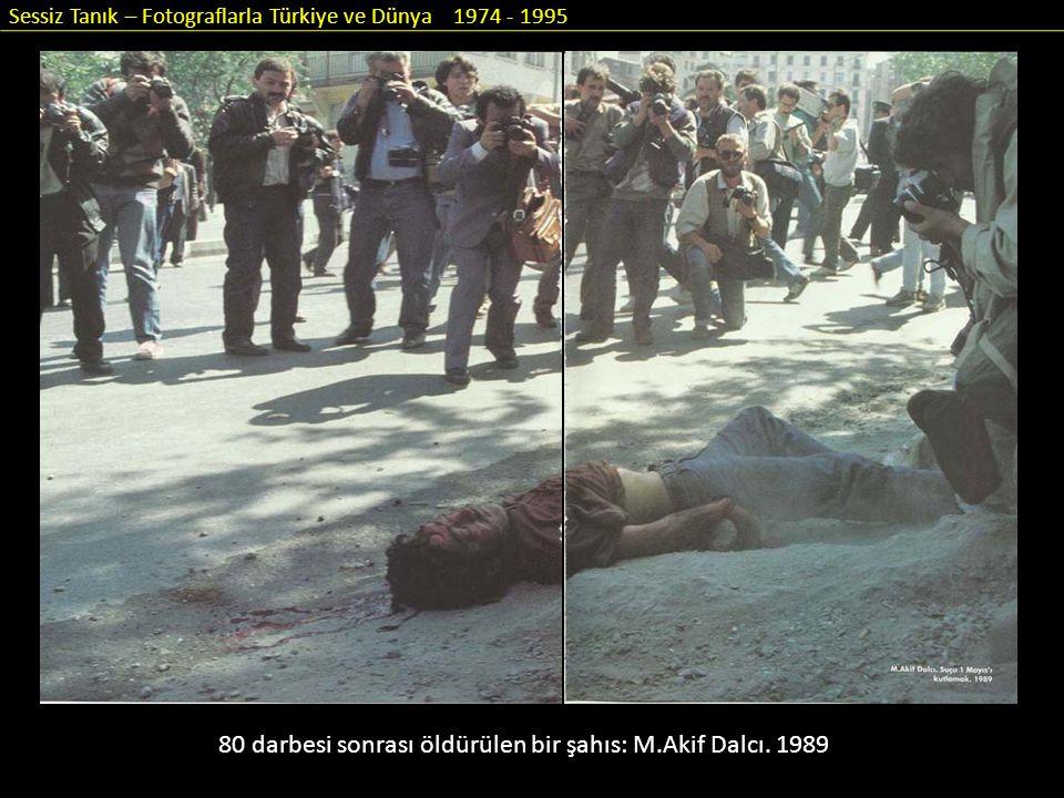 Sessiz Tanık – Fotograflarla Türkiye ve Dünya 1974 - 1995 80 darbesi sonrası öldürülen bir şahıs: M.Akif Dalcı. 1989