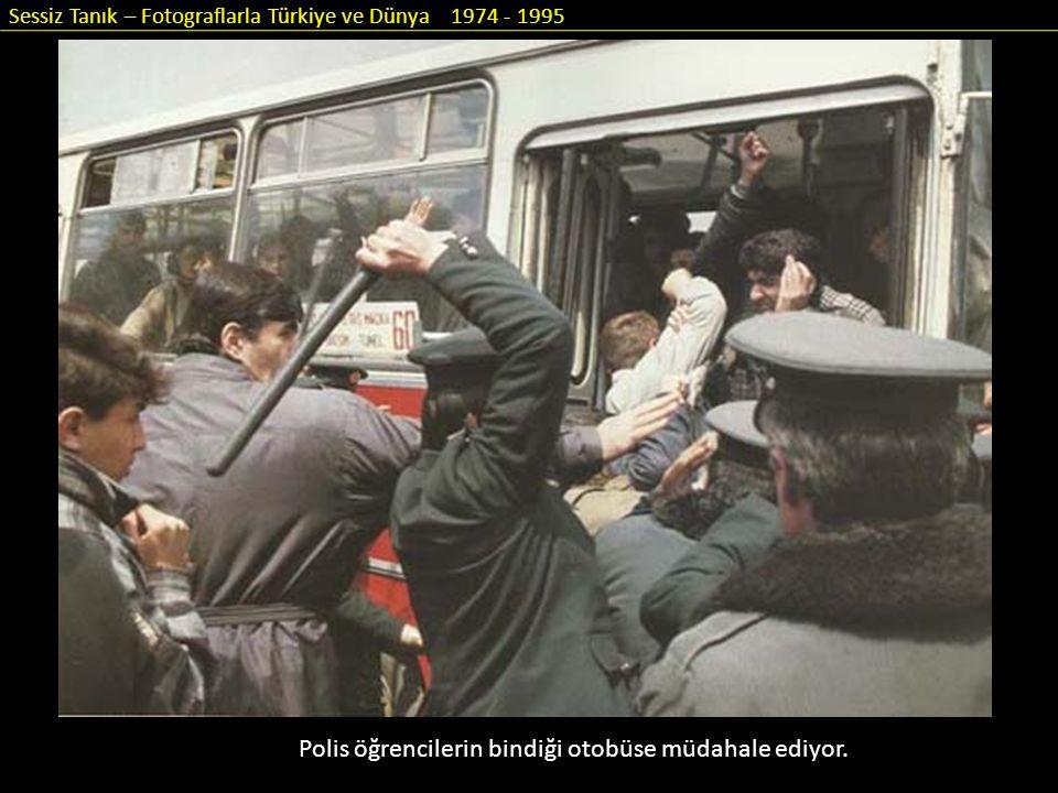 Sessiz Tanık – Fotograflarla Türkiye ve Dünya 1974 - 1995 Polis öğrencilerin bindiği otobüse müdahale ediyor.