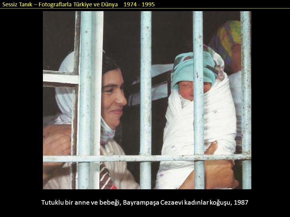 Sessiz Tanık – Fotograflarla Türkiye ve Dünya 1974 - 1995 Tutuklu bir anne ve bebeği, Bayrampaşa Cezaevi kadınlar koğuşu, 1987