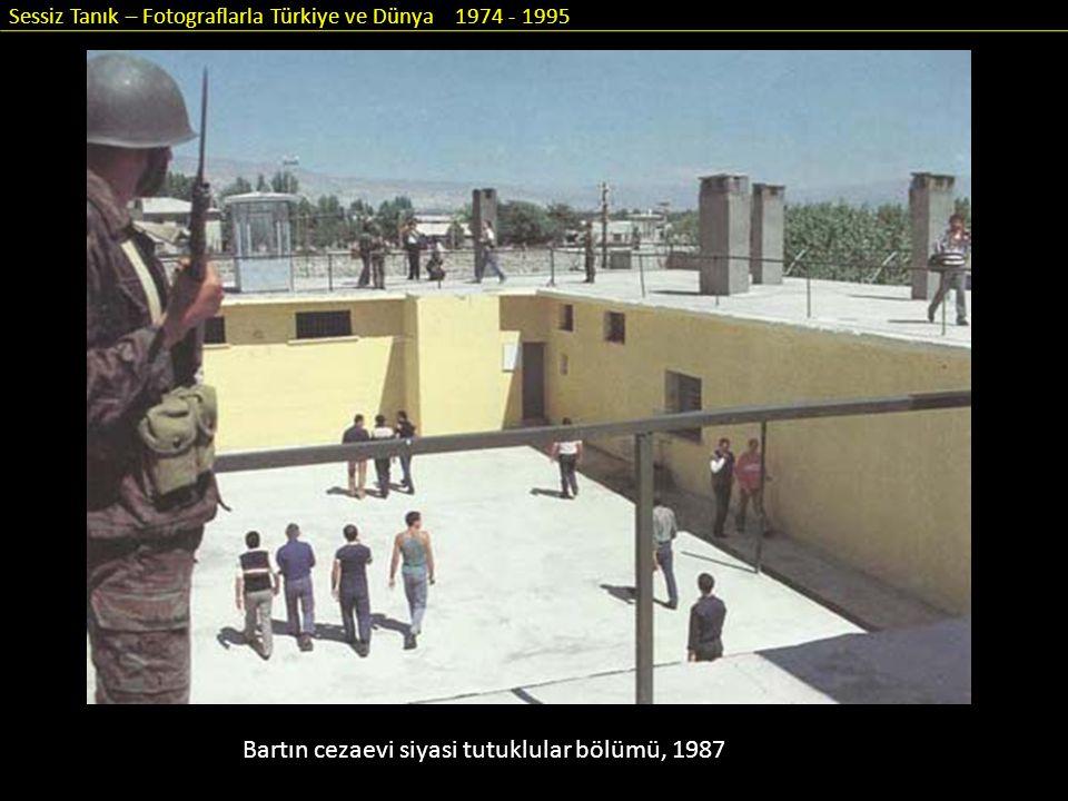 Sessiz Tanık – Fotograflarla Türkiye ve Dünya 1974 - 1995 Bartın cezaevi siyasi tutuklular bölümü, 1987