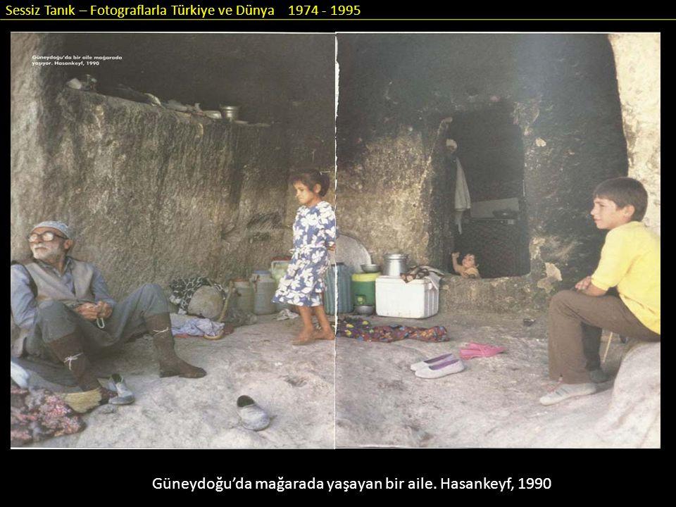 Sessiz Tanık – Fotograflarla Türkiye ve Dünya 1974 - 1995 Güneydoğu'da mağarada yaşayan bir aile. Hasankeyf, 1990