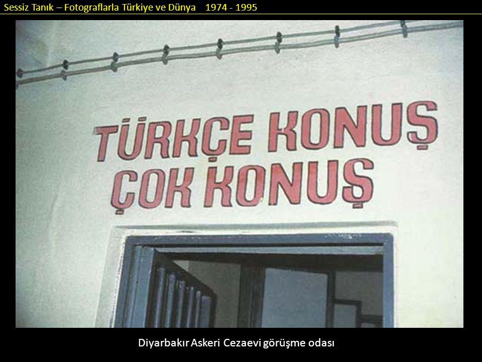 Sessiz Tanık – Fotograflarla Türkiye ve Dünya 1974 - 1995 Diyarbakır Askeri Cezaevi görüşme odası
