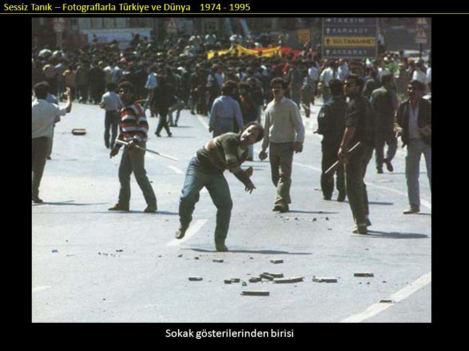 Sessiz Tanık – Fotograflarla Türkiye ve Dünya 1974 - 1995 Sokak gösterilerinden birisi
