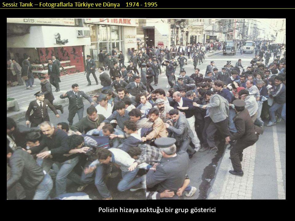 Sessiz Tanık – Fotograflarla Türkiye ve Dünya 1974 - 1995 Polisin hizaya soktuğu bir grup gösterici