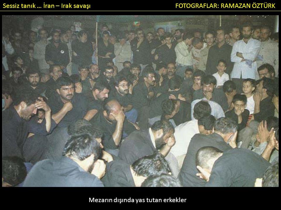 Sessiz tanık … İran – Irak savaşı FOTOGRAFLAR: RAMAZAN ÖZTÜRK Mezarın dışında yas tutan erkekler