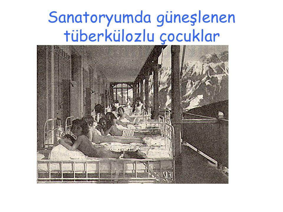 Sanatoryumda güneşlenen tüberkülozlu çocuklar