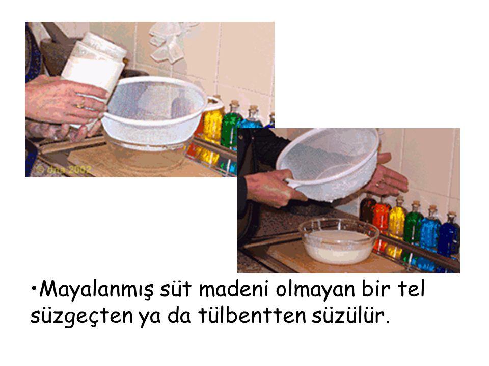 Mayalanmış süt madeni olmayan bir tel süzgeçten ya da tülbentten süzülür.