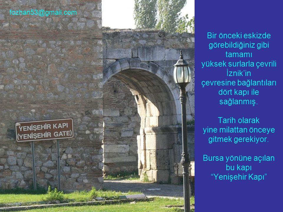 Bir önceki eskizde görebildiğiniz gibi tamamı yüksek surlarla çevrili İznik'in çevresine bağlantıları dört kapı ile sağlanmış.