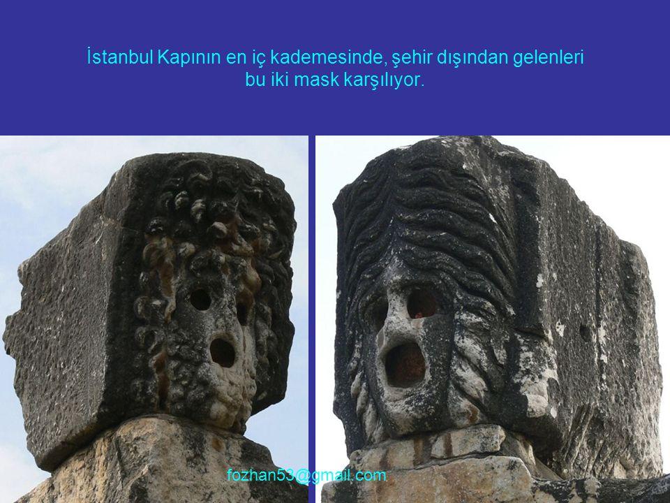 İstanbul Kapının en iç kademesinde, şehir dışından gelenleri bu iki mask karşılıyor.