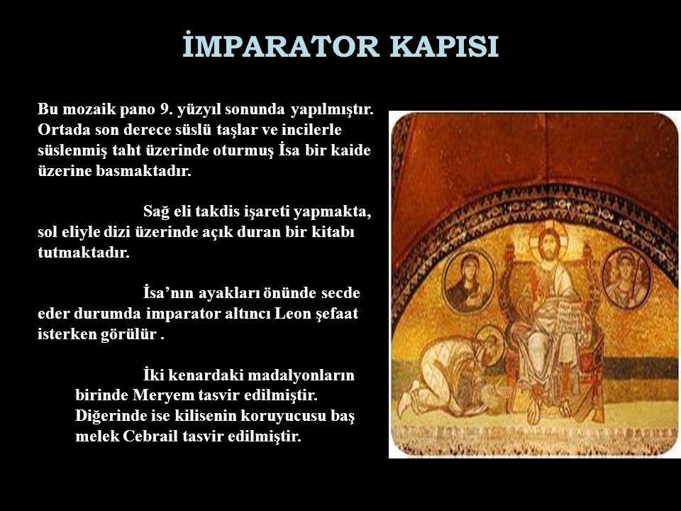 İMPARATOR KAPISI Bu mozaik pano 9. yüzyıl sonunda yapılmıştır. Ortada son derece süslü taşlar ve incilerle süslenmiş taht üzerinde oturmuş İsa bir kai
