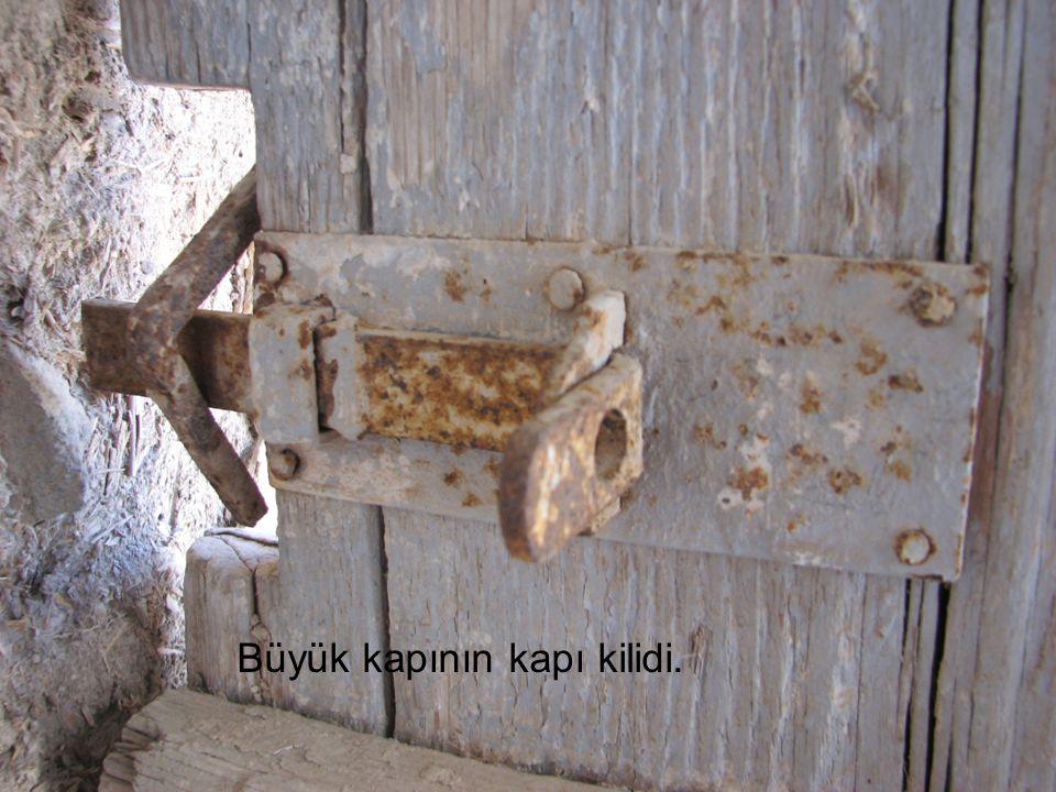 Büyük kapının kapı kilidi.