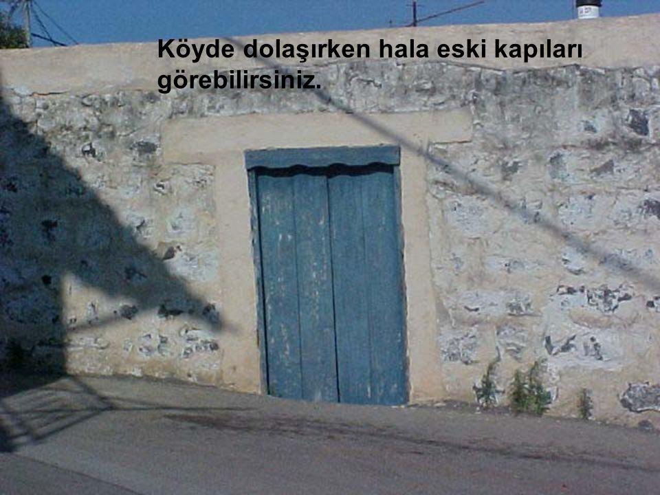 Köyde dolaşırken hala eski kapıları görebilirsiniz.