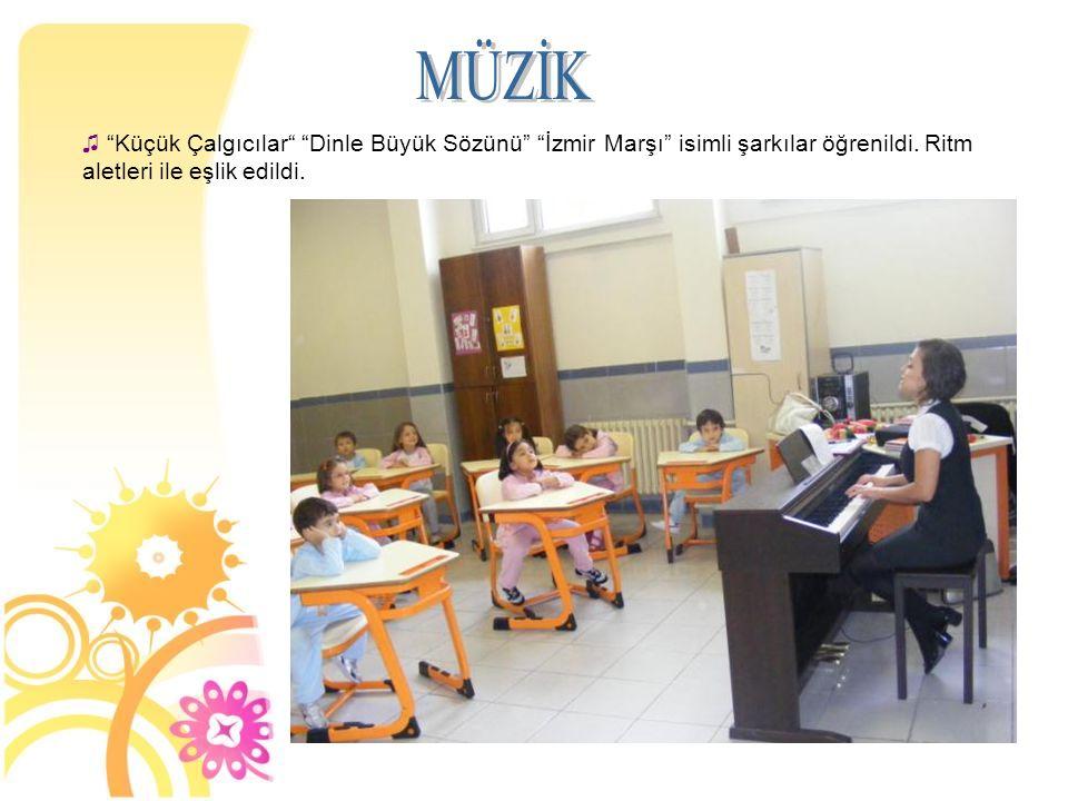 """♫ """"Küçük Çalgıcılar"""" """"Dinle Büyük Sözünü"""" """"İzmir Marşı"""" isimli şarkılar öğrenildi. Ritm aletleri ile eşlik edildi."""