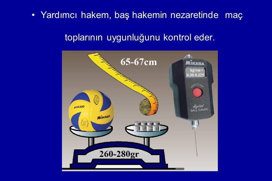 Yardımcı hakem, oyuncu değiştirme tabelalarını (her takım için 20' şer adet), koç mola zillerini, ceza ve ısınma sahası ile takım oturma sıralarını (her takım için 11/10 kişilik) kontrol eder.