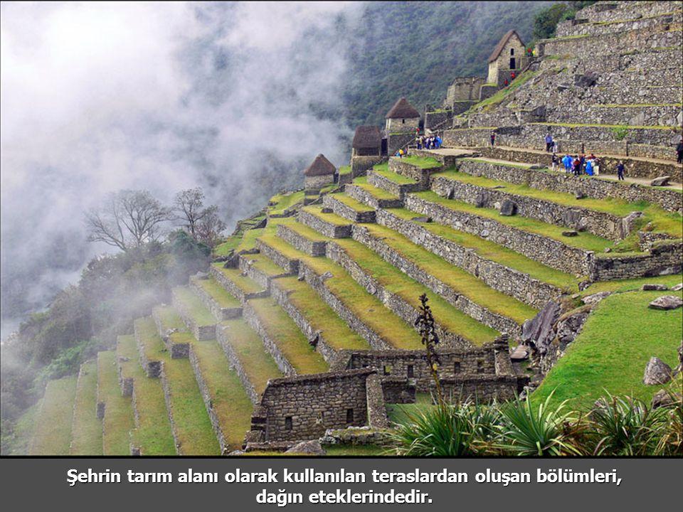 Şehrin tarım alanı olarak kullanılan teraslardan oluşan bölümleri, dağın eteklerindedir.