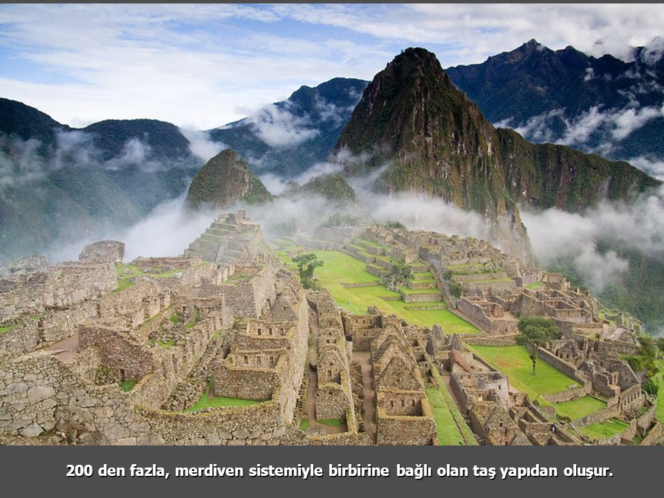 200 den fazla, merdiven sistemiyle birbirine bağlı olan taş yapıdan oluşur.