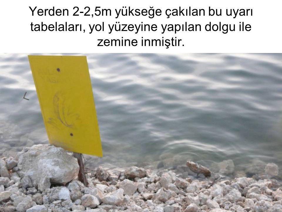 Yerden 2-2,5m yükseğe çakılan bu uyarı tabelaları, yol yüzeyine yapılan dolgu ile zemine inmiştir.