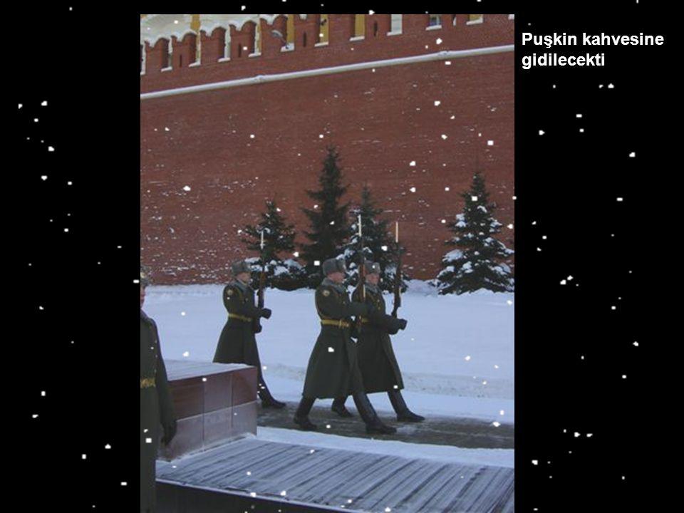 Lenin'in mezarından sonra, bir çikolatalı kahve içmek için