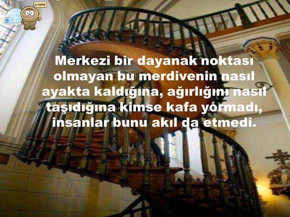 Büyük bir ahşap ustalığı olarak değerlendirilen merdiveni, usta tek başına inşa etti..