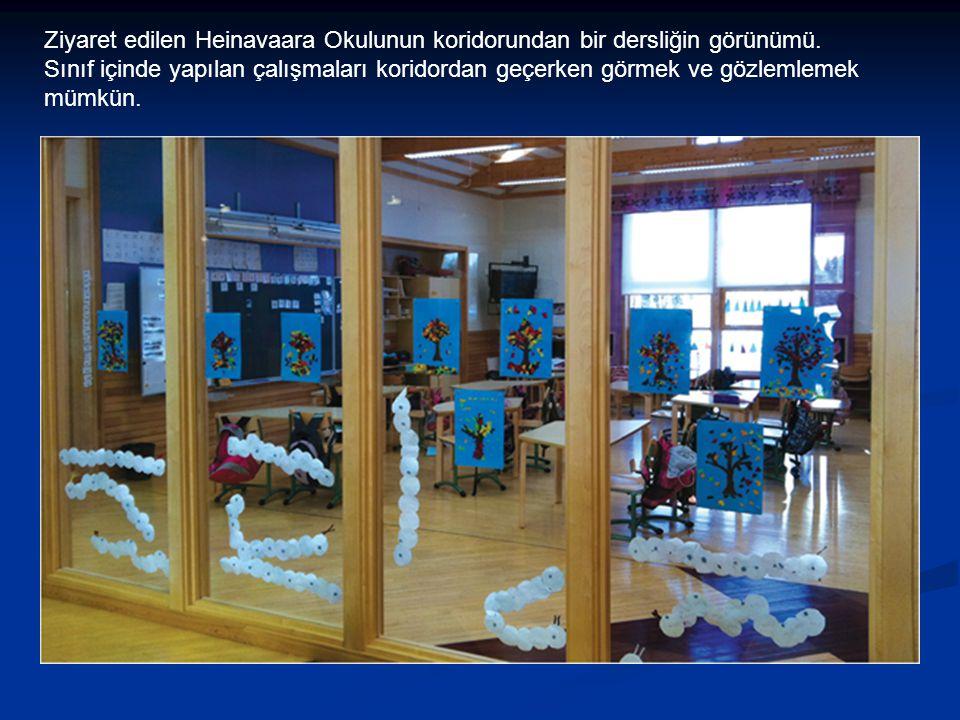Ziyaret edilen Heinavaara Okulunun koridorundan bir dersliğin görünümü. Sınıf içinde yapılan çalışmaları koridordan geçerken görmek ve gözlemlemek müm