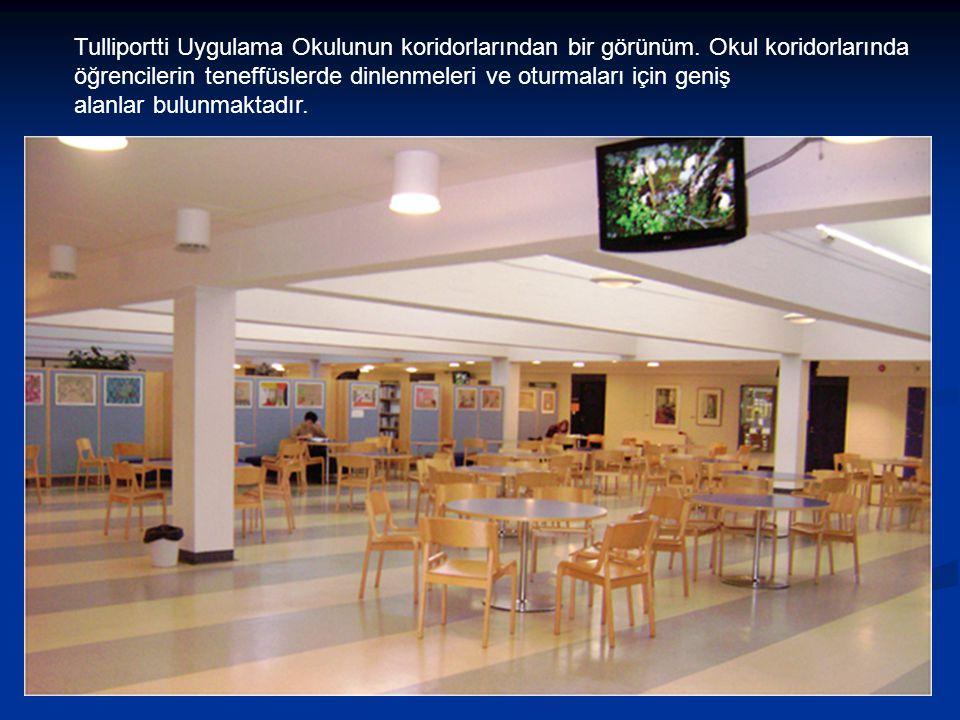 Tulliportti Uygulama Okulunun koridorlarından bir görünüm. Okul koridorlarında öğrencilerin teneffüslerde dinlenmeleri ve oturmaları için geniş alanla