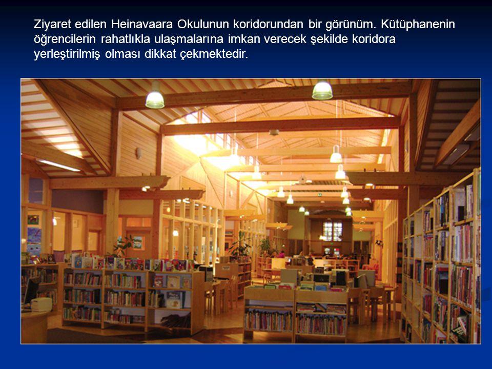 Ziyaret edilen Heinavaara Okulunun koridorundan bir görünüm. Kütüphanenin öğrencilerin rahatlıkla ulaşmalarına imkan verecek şekilde koridora yerleşti