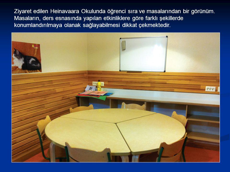 Ziyaret edilen Heinavaara Okulunda öğrenci sıra ve masalarından bir görünüm. Masaların, ders esnasında yapılan etkinliklere göre farklı şekillerde kon