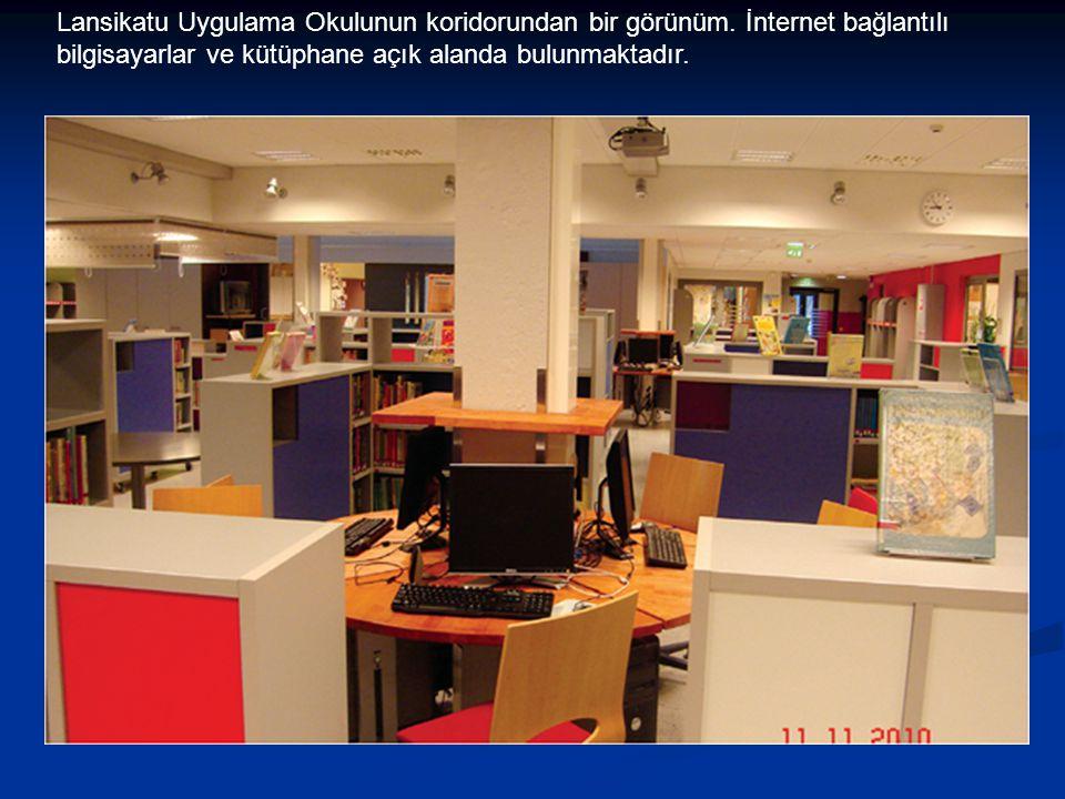Lansikatu Uygulama Okulunun koridorundan bir görünüm. İnternet bağlantılı bilgisayarlar ve kütüphane açık alanda bulunmaktadır.