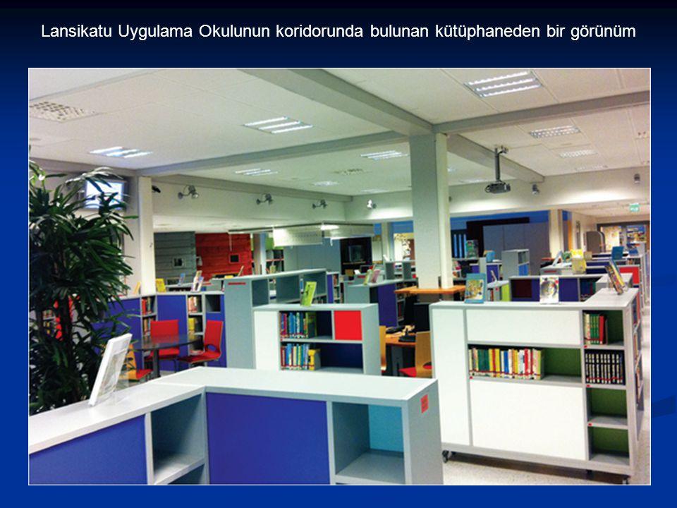 Lansikatu Uygulama Okulunun koridorunda bulunan kütüphaneden bir görünüm
