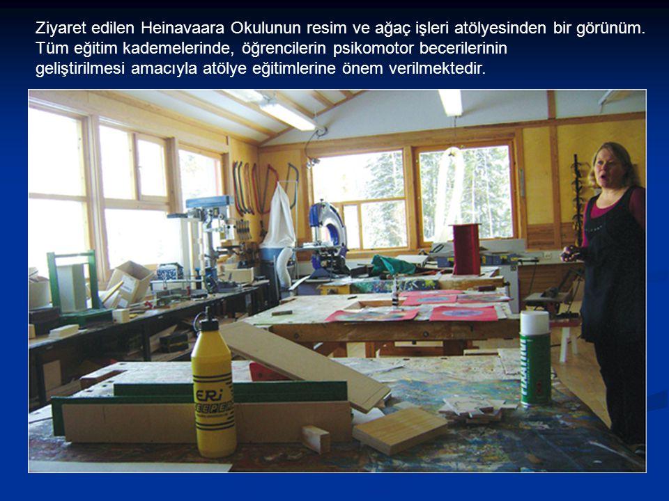 Ziyaret edilen Heinavaara Okulunun resim ve ağaç işleri atölyesinden bir görünüm. Tüm eğitim kademelerinde, öğrencilerin psikomotor becerilerinin geli