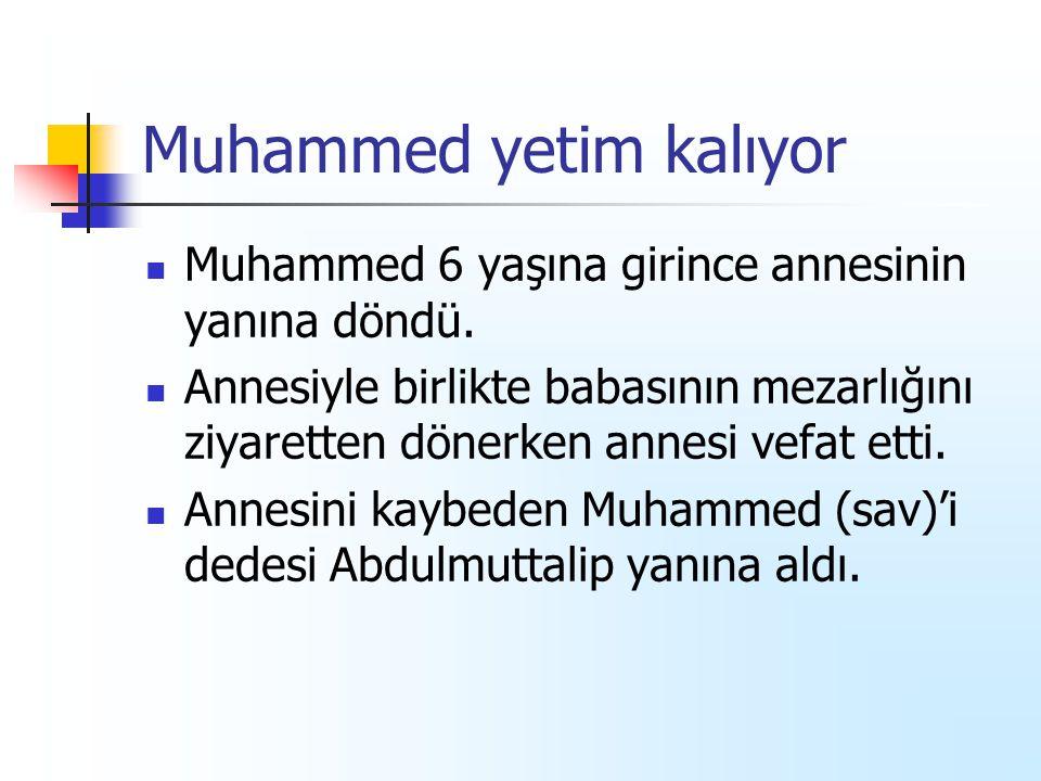 Muhammed yetim kalıyor Muhammed 6 yaşına girince annesinin yanına döndü. Annesiyle birlikte babasının mezarlığını ziyaretten dönerken annesi vefat ett