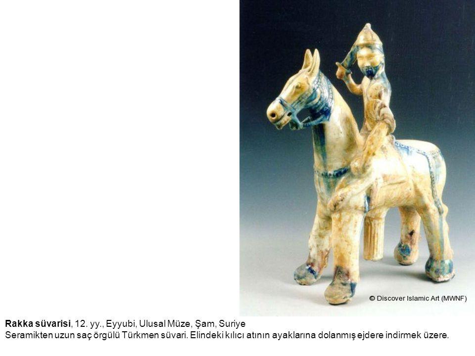Rakka süvarisi, 12. yy., Eyyubi, Ulusal Müze, Şam, Suriye Seramikten uzun saç örgülü Türkmen süvari. Elindeki kılıcı atının ayaklarına dolanmış ejdere