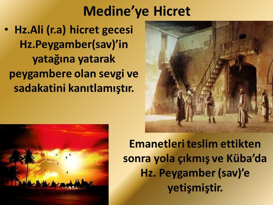 Medine'ye Hicret Hz.Ali (r.a) hicret gecesi Hz.Peygamber(sav)'in yatağına yatarak peygambere olan sevgi ve sadakatini kanıtlamıştır. Emanetleri teslim