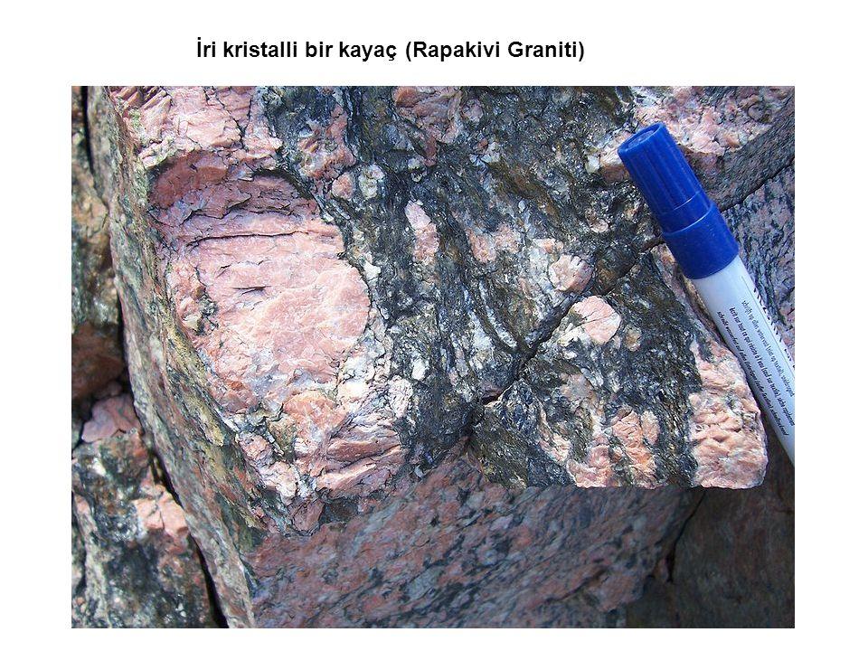 İri kristalli bir kayaç (Rapakivi Graniti)