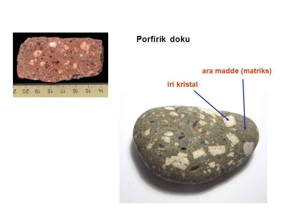ara madde (matriks) iri kristal Porfirik doku