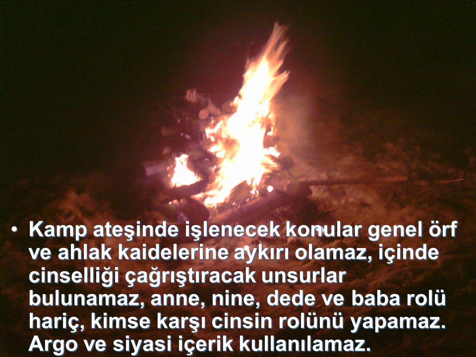 Kamp ateşini nöbetçi lider yönetir, sunar, öbek-oba- ekipler programlarının başında ve sonunda tekmil verir, nöbetçi lider izcilerin tekmilini ayakta