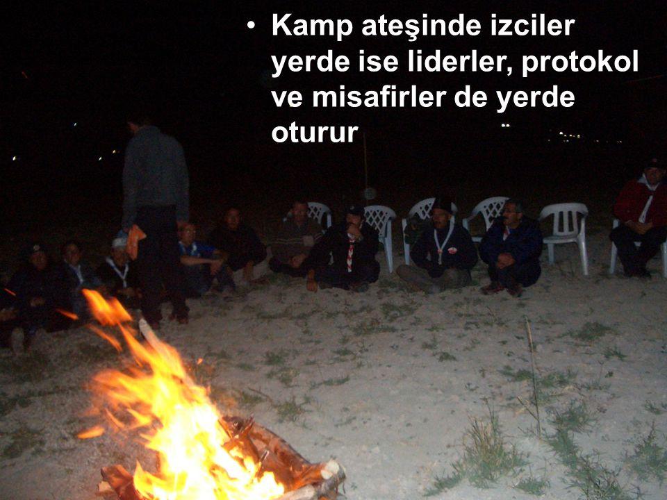 """Kamp ateşinden kasıt """"ateş yakmak"""" değildir. Ateş sembolik olabilir, yangına hassas ve yakıt bulunamayan bölgelerde yakılmayabilir Kamp ateşi izci içi"""