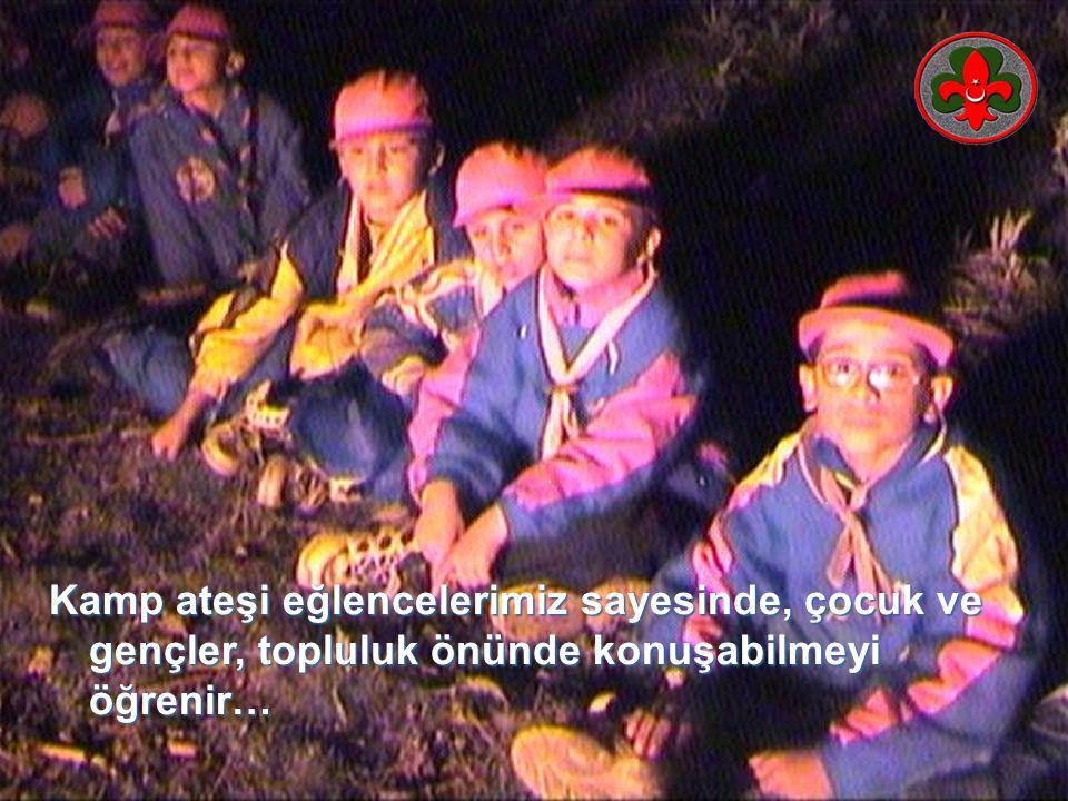 Kamp ateşi kömürü getirenlerin ateşe atmalarını ister ve sabah kömür alınmasını tavsiye eder.Kamp ateşi kömürü getirenlerin ateşe atmalarını ister ve sabah kömür alınmasını tavsiye eder.