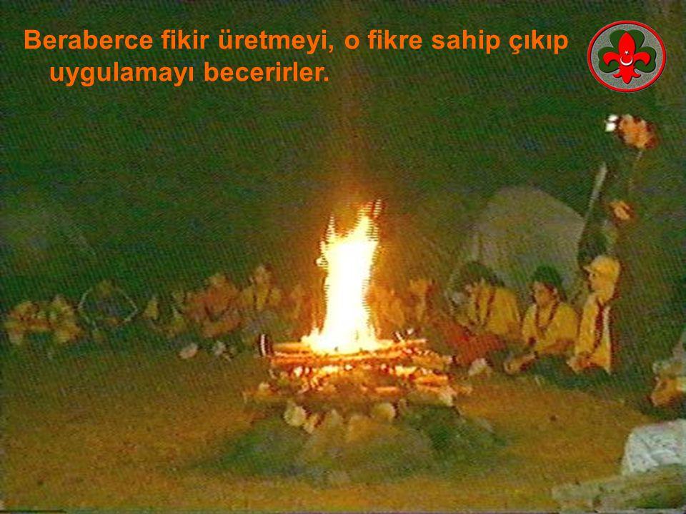 Kamp ateşi programı nöbetçi oba tarafından ilginç bir yöntemle sunulur ve program başlar.