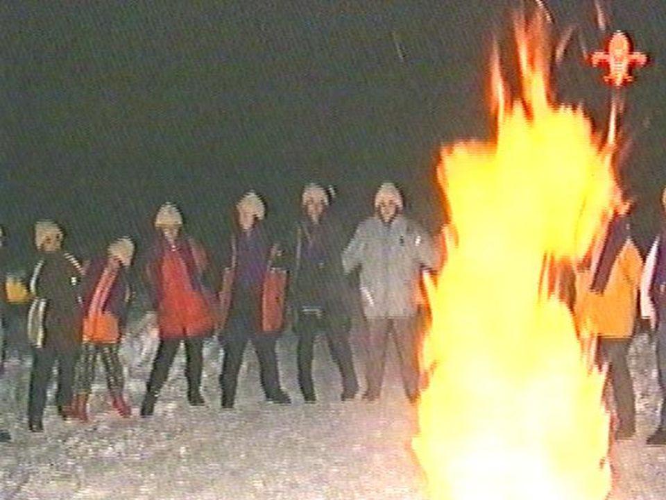 Kamp ateşi oturmanın sakıncalı olduğu yerlerde ayakta durarak da yapılabilir.