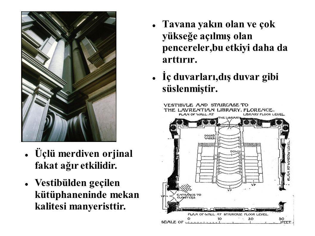 Tavana yakın olan ve çok yükseğe açılmış olan pencereler,bu etkiyi daha da arttırır. İç duvarları,dış duvar gibi süslenmiştir. Üçlü merdiven orjinal f