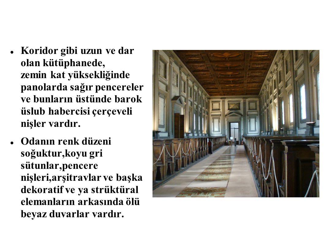 Koridor gibi uzun ve dar olan kütüphanede, zemin kat yüksekliğinde panolarda sağır pencereler ve bunların üstünde barok üslub habercisi çerçeveli nişl