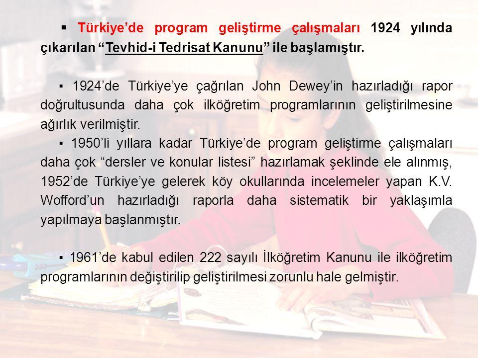 """▪ Türkiye'de program geliştirme çalışmaları 1924 yılında çıkarılan """"Tevhid-i Tedrisat Kanunu"""" ile başlamıştır. ▪ 1924'de Türkiye'ye çağrılan John Dewe"""